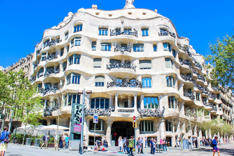 Tour italiano della basilica Sagrada Famiglia di Antoni Gaudí, casa Mila